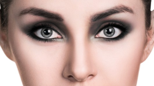 Smokey Eyes machen den Glamour-Look perfekt.