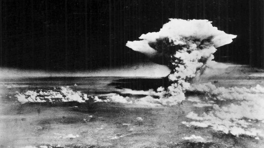 Atombombenabwurf über Hiroshima in Japan am 6. August 1945, fotografiert vom US-Militär.